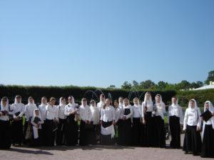 """Православный девичий хор """"УМИЛЕНИЕ"""" после концерта под открытым небом в Петергофе. Фестиваль """"Поющий мир"""" 2006 год"""
