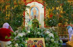 В храме на Троицу